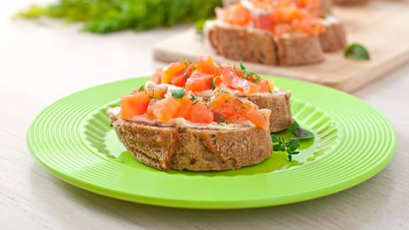 Μπρουσκέτες με φέτα και λιαστή τομάτα