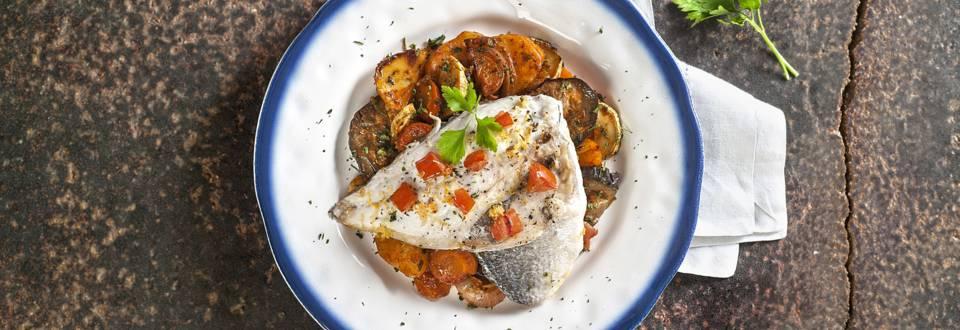 Φιλέτο τσιπούρας με λαδερά λαχανικά στον φούρνο