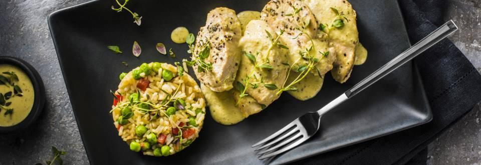 Φιλέτο κοτόπουλου με σάλτσα γιαουρτιού και ρύζι